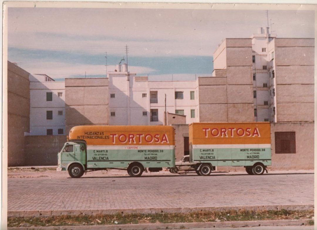 Camión de mudanzas con remolque retro