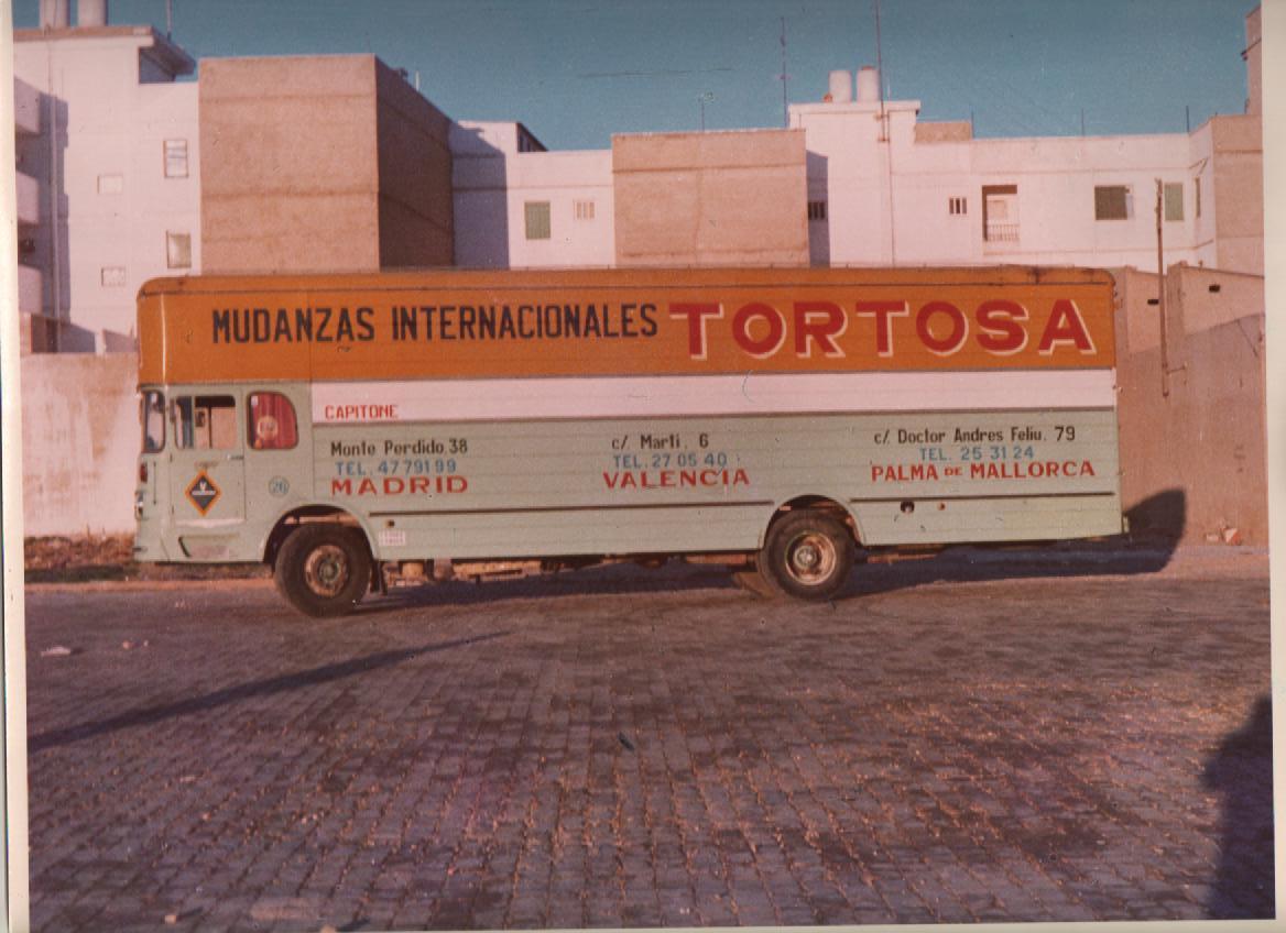 camion retro de mudanzas en valencia